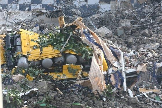9日、5階建物崩壊事故で押しつぶされた市内バスの残骸。フリーランサー チャン・ジョンピル