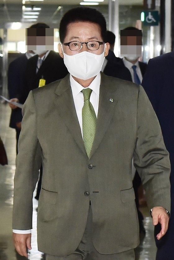 朴智元国家情報院長が9日、ソウル汝矣島(ヨイド)国会情報委員会で開かれた国家情報院の不法査察に対する自己監察の結果報告のために会議室に入場している。オ・ジョンテク記者