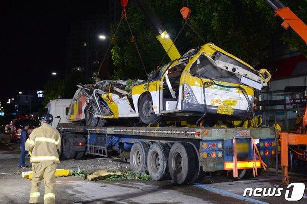 移送される光州建物崩壊惨事の市内バス。[写真 ニュース1]