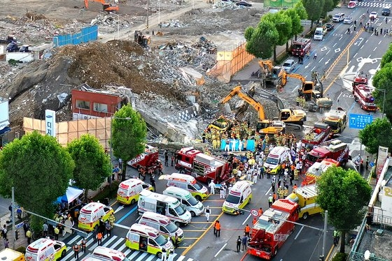 9日午後、光州市東区鶴洞(クァンジュシ・トング・ハクトン)の再開発区域で撤去中だった5階建物が崩壊し、停留所に停車中だった市内バスを襲った。事故現場で消防隊員が掘削機を動員して救助作業を行っている。フリーランサー チャン・ジョンピル