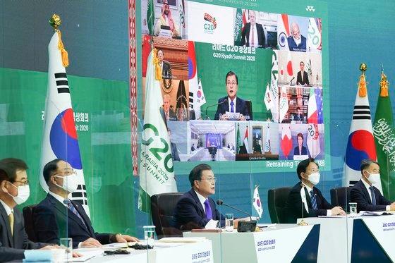 昨年11月22日、テレビ会議で開かれた主要20カ国(G20)サミットで文大統領が発言する姿。[写真 青瓦台写真記者団]