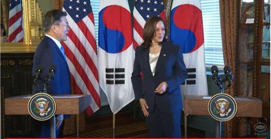 ハリス米副大統領が先月文大統領と握手した直後、ズボンに手を拭いている。