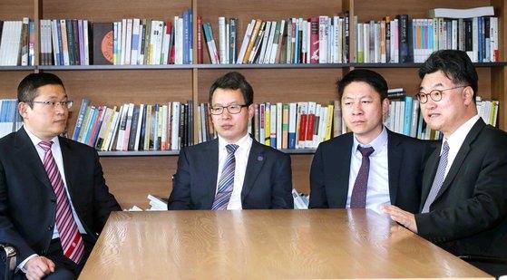 中国復旦大学朝鮮韓国研究センターの鄭継永主任教授(写真左側から2人目)。[中央フォト]