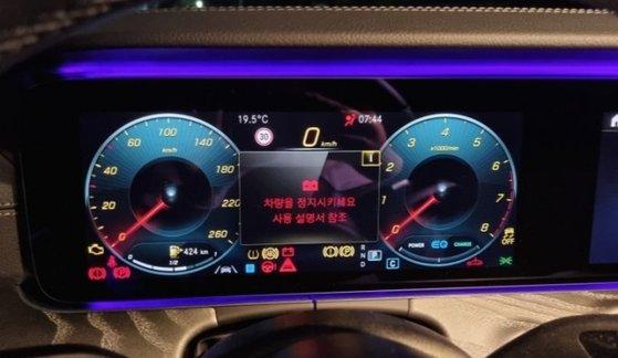 ベンツのマイルドハイブリッド適用車の計器盤。警告灯が点滅してエンジンが始動しなくなるおそれがある。 [写真 読者提供]