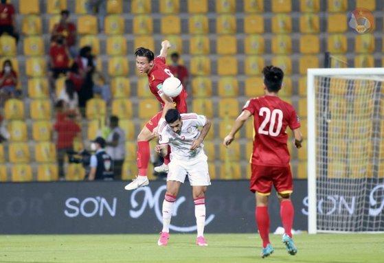 ベトナムがカタールW杯アジア2次予選を通過し、初の最終予選進出を決めた。UAEの選手と空中のボールを競り合うベトナムの選手。 [写真 ベトナムサッカー協会ホームページ]