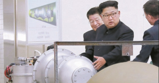 核兵器研究所を現地指導する金正恩委員長 [写真 聯合ニュース]