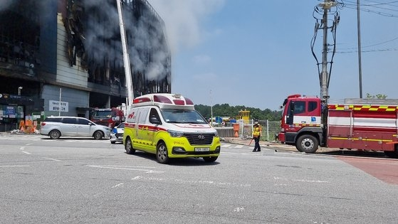19日午後にクーパン物流センター火災現場で行方不明になったキム・ドンシク救助隊長に対する捜索が再開されたがキム隊長は死亡しているのが見つかった。シム・ソクヨン記者