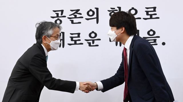 野党「国民の力」の李俊錫(イ・ジュンソク)代表(右)と相星孝一駐韓日本大使(左)(写真 国会写真記者団)