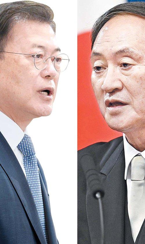 韓国の文在寅(ムン・ジェイン)大統領(左)と菅義偉首相(右)。