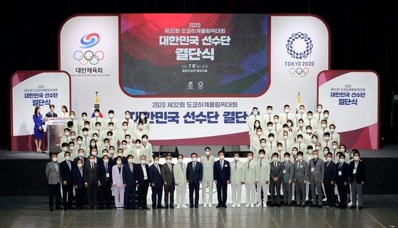 8日午後、ソウルのオリンピック公園で開かれた東京五輪韓国選手団結団式で選手団が記念撮影をしている。[写真 五輪写真共同取材団]