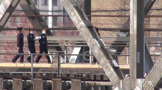 今年4月、中朝友誼橋を歩く税関員の様子。パク・ソンフン北京特派員[写真 中央DB]