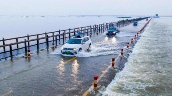 5月24日の中国江西省九江市の様子。大雨で湖の水位が上昇し、道路まで水があふれている。[中国新聞網 キャプチャー]