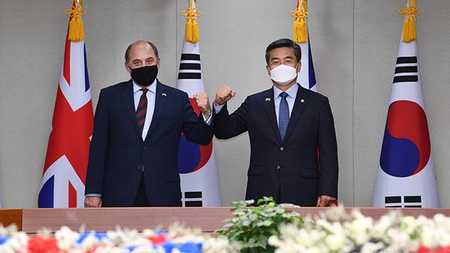 徐旭(ソ・ウク)国防部長官(右)と英国のウォレス国防相(左)