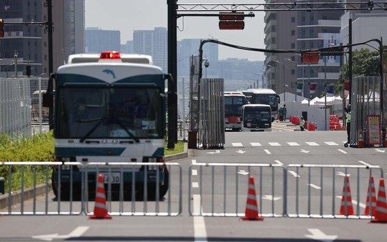 東京オリンピックの開幕を4日前にした19日、韓国選手団が泊まっている東京晴海のオリンピック選手村の入口が統制されている。チャン・ジニョン記者
