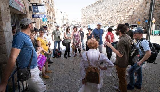 4月30日(現地時間)、イスラエル・エルサレムのオールドシティで韓国観光客がガイドの説明を聞いている。全員マスクを取って、のびのびとしている様子が見て取れる。イム・ヒョンドン記者