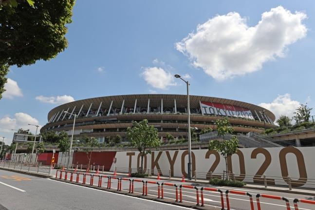 東京五輪開会式を翌日に控えた22日午前、東京のオリンピックスタジアムでは一般人の出入りが統制されている。開会式は無観客で行われ、日本政府と東京五輪組織委員会が招待した関係者950人ほどが参加する。[写真 五輪写真共同取材団]