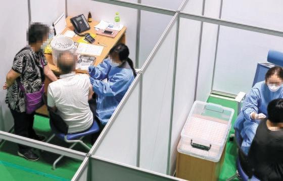 27日、大田市中区(テジョンシ・チュング)の予防接種センターで市民が新型コロナワクチンを打っている。フリーランサーのキム・ソンテ