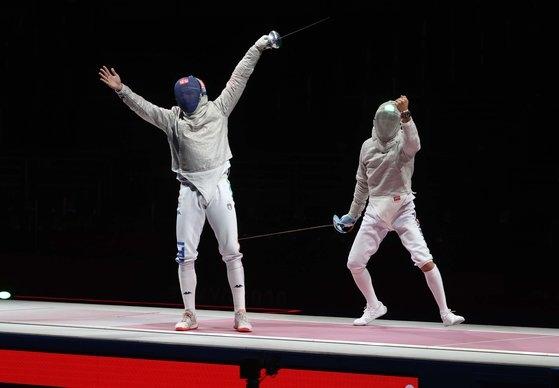 韓国男子フェンシング代表のキム・ジョンファン選手が28日、千葉幕張メッセBホールで開かれた東京オリンピック(五輪)男子フェンシングサーブル団体戦決勝で、対戦したイタリアの選手を攻撃している。[写真 オリンピック写真共同取材団A]