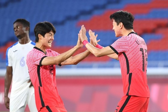 28日に横浜国際総合競技場で行われた2020東京五輪サッカーの韓国-ホンジュラス戦で、黄儀助(ファン・ウィジョ)が自身3点目、韓国の4点目となるゴールを決めた後、喜んでいる。 横浜=五輪写真共同取材団
