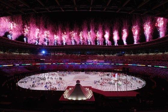 今月23日、東京新宿の国立競技場で行われた2020東京オリンピック開会式で選手団が全員入場した後、花火が打ち上げられている。[写真 東京=写真共同取材団]
