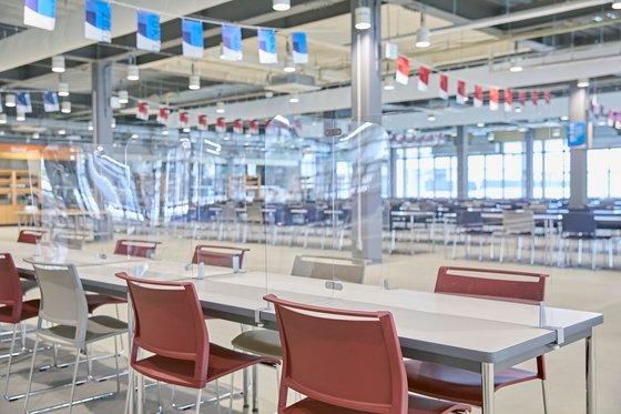 東京晴海にあるオリンピック(五輪)選手村食堂内部。[写真 東京五輪組織委員会]