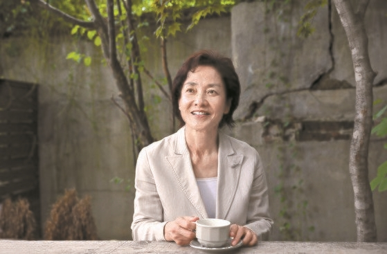 新刊『なぜ京都なのか2』を出版した詩人でありコラムニストのイ・スンシンさん[中央フォト]