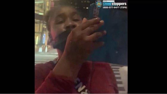 先月25日、ニューヨーク都心で韓国系の20代の女性が黒人の女から「英語で話せ」と言われ暴行される事件が発生した。現地警察はこの女を公開手配した。[ニューヨーク警察 キャプチャー]