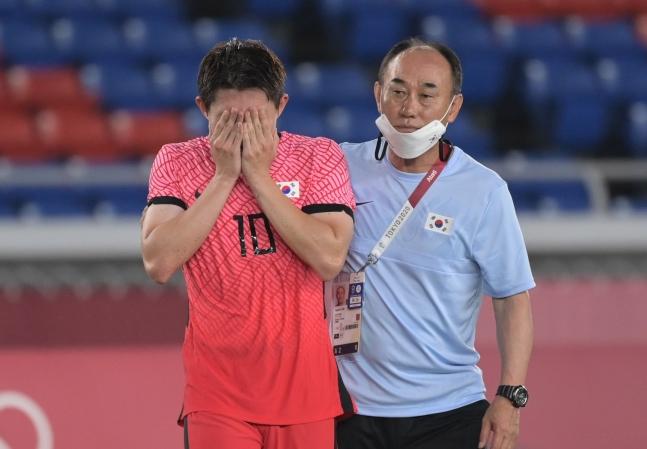 李東景(イ・ドンギョン、左)と金鶴範(キム・ハクボム)監督(右) 横浜=五輪写真共同取材団