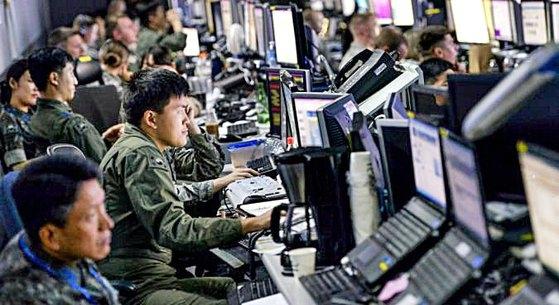 南北連絡ルートが復元された直後、韓米合同演習延期論が統一部高官によって提起された。写真は、過去実施された合同演習で、韓米将兵がともに訓練状況を見守る場面。[写真 米空軍]