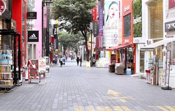 明洞にある化粧品ロードショップは昼どきにもかかわらず閑散としていた。ペ・チョンウォン記者