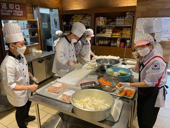 韓国給食センターで調理をする様子[写真 聯合ニュース]