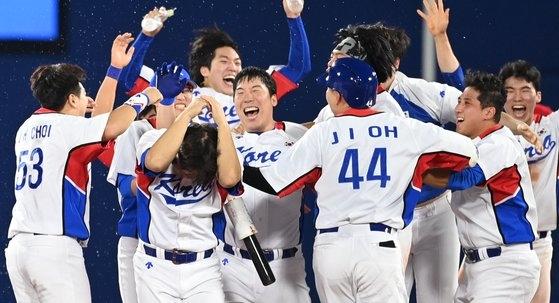 1日、ドミニカ共和国にサヨナラ勝ちして喜ぶ韓国選手 [横浜=五輪写真共同取材団]