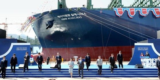 大宇造船海洋の玉浦造船所で開かれた世界最大のコンテナ船「HMM アルヘシラス」の命名式に参加した文在寅大統領。[写真 青瓦台写真記者団]
