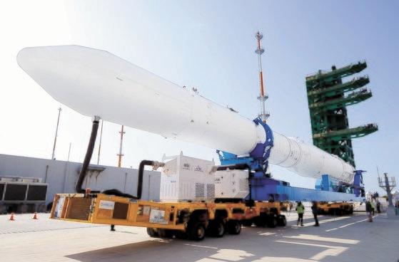 全羅南道高興郡の羅老宇宙センターで韓国航空宇宙研究院が韓国型ロケット「ヌリ号」の認証モデルをトランスポーターに載せて打ち上げ台に移している。[写真 韓国航空宇宙研究院]