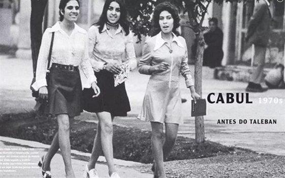 1970年代、アフガニスタン親ソ連政権が世俗化を追求していたころの女性の様子。[写真 ツイッターキャプチャー]