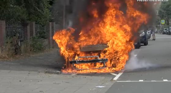 オランダで充電を終えたフォルクスワーゲンの小型電気自動車ID.3で火災が発生した。人命被害はなかったが、車両は全焼した。 [写真 ユーチューブキャプチャー]