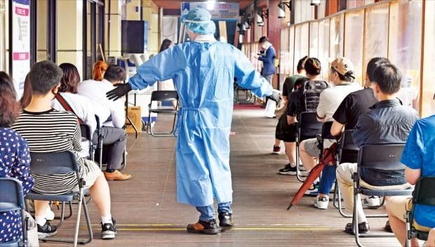 ソウル松坡区(ソンパグ)保健所選別診療所で25日、市民が新型コロナ検査を受けるために待っている。前日、新規感染者は昨年新型コロナ大流行以降2番目に多い2155人となった。キム・ビョンオン記者