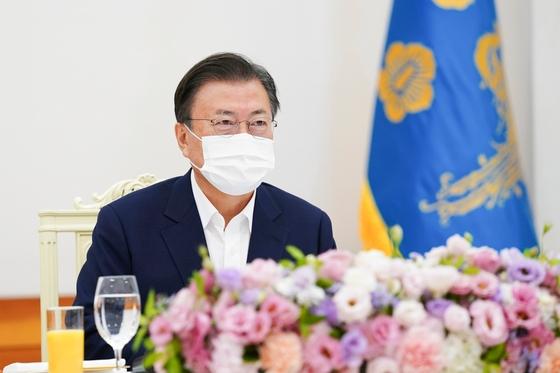 韓国の文在寅(ムン・ジェイン)大統領が3日、青瓦台(チョンワデ、大統領府)で開かれた国会議長団および常任委員長団を招いた昼食懇談会に出席して発言している。[写真 青瓦台写真記者団]