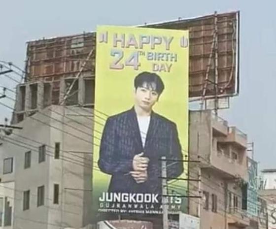 パキスタン・パンジャブ州グジュランワラの繁華街に設置されたBTSメンバーのジョングクの誕生日を祝う広告看板。[ツイッター キャプチャー]