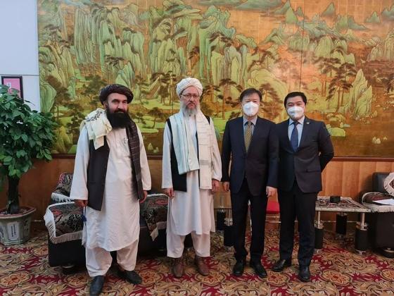 王愚大使(右から2人目)が8月25日にアフガニスタン・イスラム首長国のアブドゥル・サラム・ハナフィ政治局副長(左から2人目)と会って記念撮影をしている。[ツイッター キャプチャー]