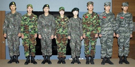 2011年に導入された新型のデジタル戦闘服。ピョン・ソング記者