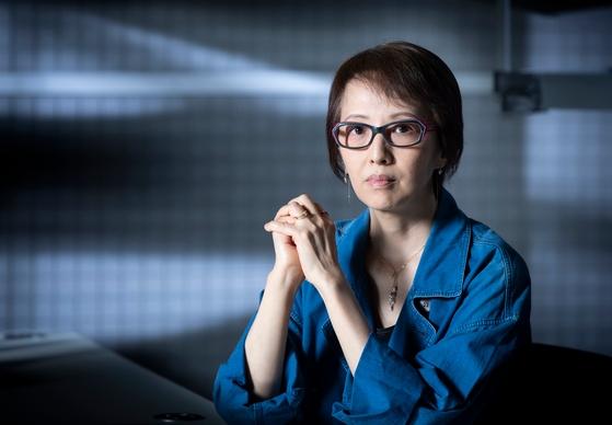 在日朝鮮人のヤン・ヨンヒ監督。今年のDMZ国際ドキュメンタリー映画祭の開幕作に選定されたドキュメンタリー映画『スープとイデオロギー』では、80歳を過ぎて初めて済州島4・3事件の経験を告白した母がその後認知症が急激に悪化し、180度変わった母娘の日常生活を母の人生の回顧と共に淡々と描いた。