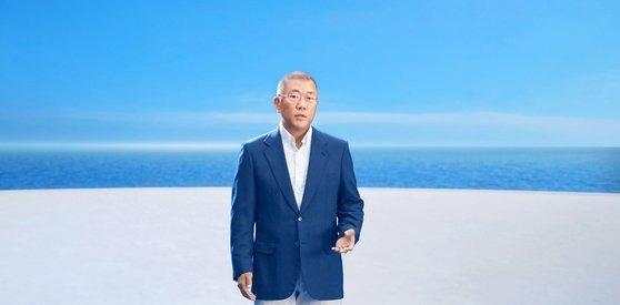 現代自動車の鄭義宣グループ会長が7日に開かれたハイドロジェンウェーブ行事で水素ビジョンを発表している。[写真 現代自動車]