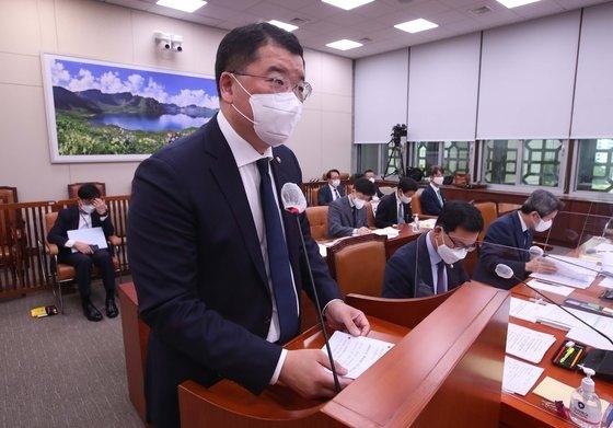 外交部の崔鍾建第1次官が7日に国会で開かれた外交統一委員会の全体会議で発言している。イム・ヒョンドン記者