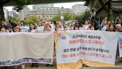 大阪朝鮮高級学校の父兄が日本政府の高校無償化政策差別と裁判所の判決に抗議するデモを行っている。[写真 キム・ジウン]