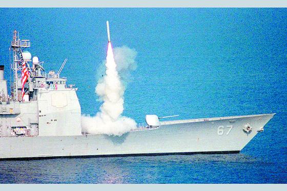 米海軍巡洋艦からトマホーク巡航ミサイルを発射する場面。 中央フォト