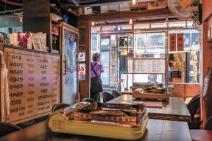 ソウルの弘大入口駅近くの飲食店で従業員がお客を待っている。インターン記者 チョン・ジュンヒ