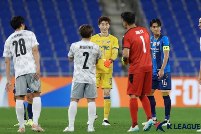 韓国サッカーの元・現代表GK、川崎フロンターレの鄭成竜(チョン・ソンリョン)と蔚山現代の趙賢祐(チョ・ヒョンウ)が、アジアサッカー連盟チャンピオンズリーグ16強戦が行われた蔚山文殊(ムンス)競技場で試合前にあいさつを交わしている。 写真提供=韓国プロサッカー連盟