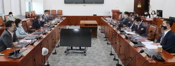 13日、言論仲裁法改正案を議論するため与野党協議体の4回目の会議が国会で開かれた。 イム・ヒョンドン記者