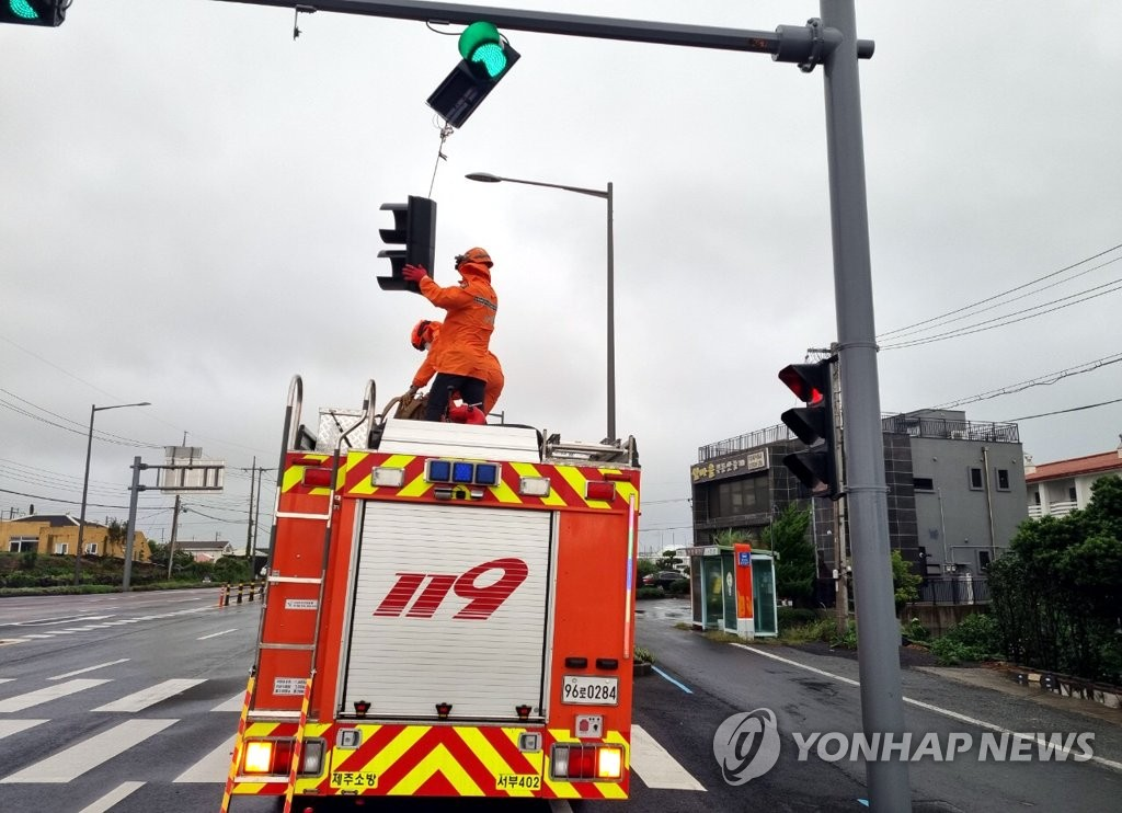 済州道の台風14号で倒れた信号。〔写真 済州西部消防署〕